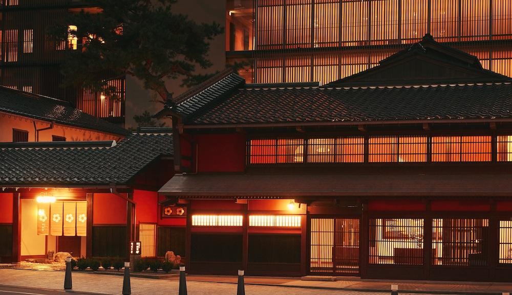 「界 加賀」の紅殻格子が印象的な伝統建築棟は国の登録有形文化財